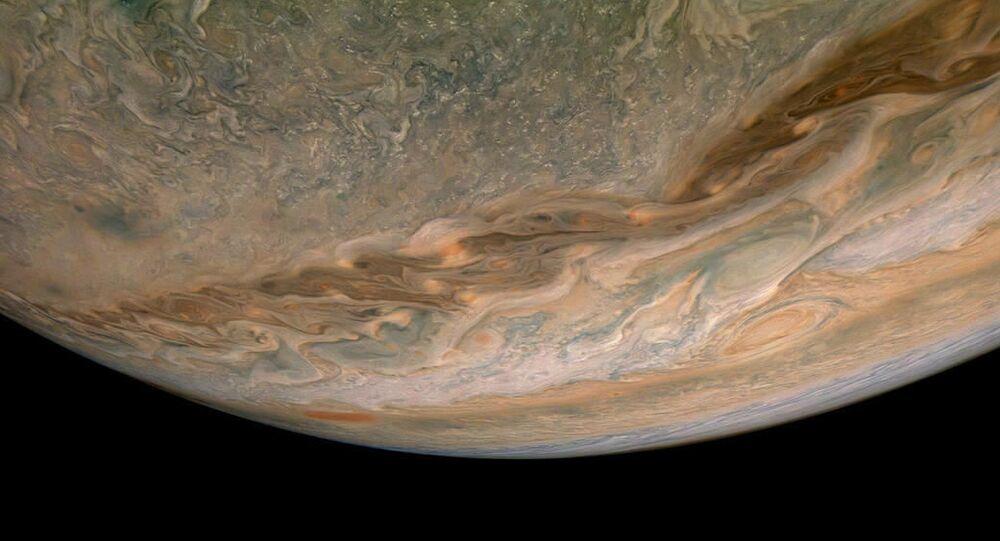 Nave espacial Juno da NASA captura nuvens em turbilhão na região do hemisfério norte de Júpiter