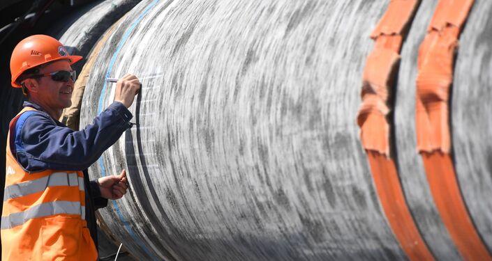 Dinamarca autoriza a construção do gasoduto Nord Stream 2. Trabalhador da companhia acelera os trabalhos na região de Leningrado, Rússia