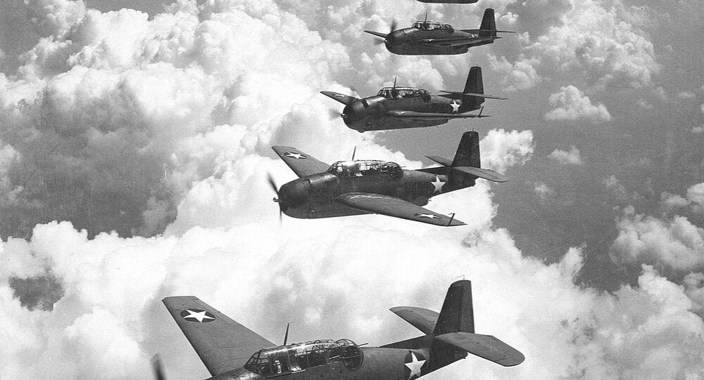 Esquadrilha de cinco aviões-torpedeiros Avenger (foto de arquivo)