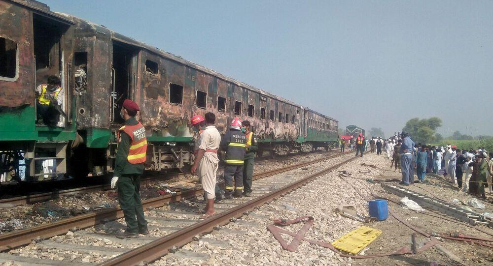 Trem após explosão no Paquistão