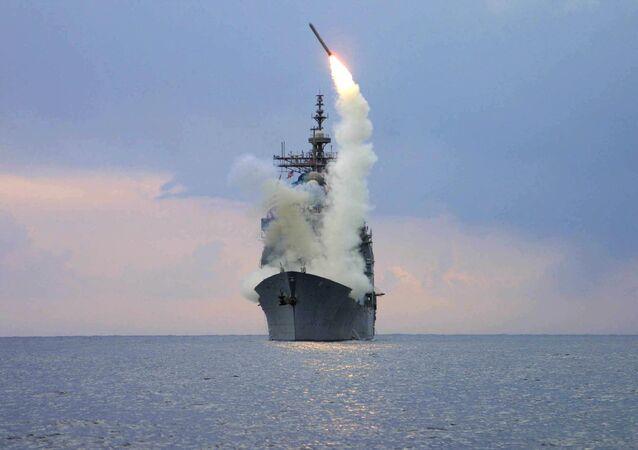 Lançamento de míssil de cruzeiro Tomahawk do navio USS Cape St. George