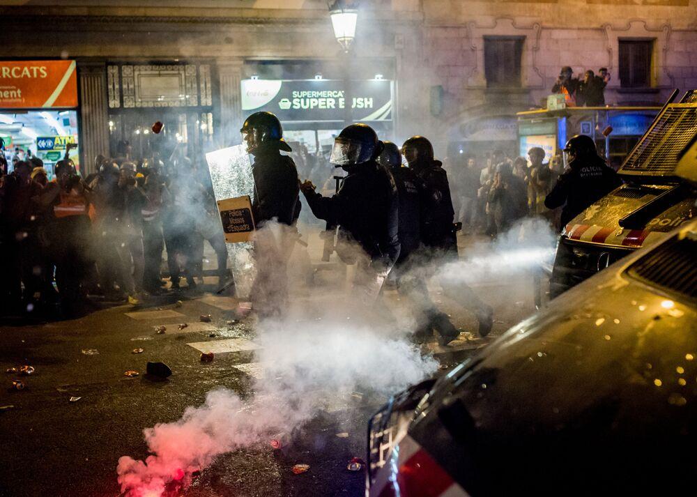 Polícia de choque espanhola enfrenta manifestantes pró-independência em Barcelona, em protesto contra a condenação de líderes catalães