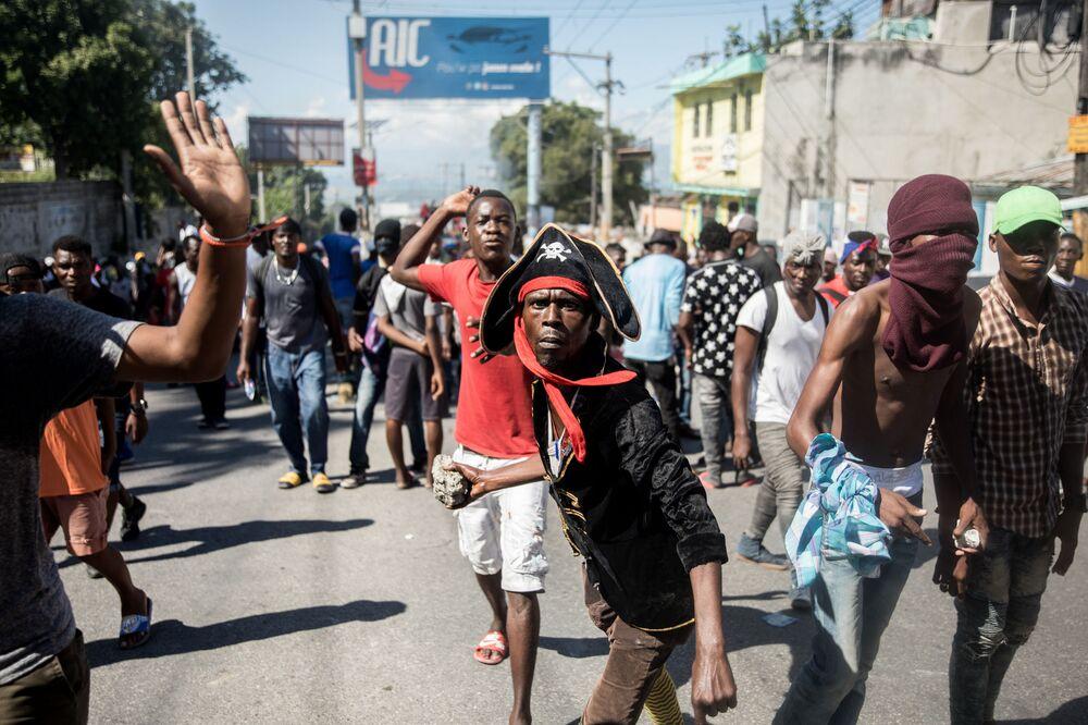 Policiais haitianos e seus apoiadores protestam por melhores salários, enquanto manifestantes marcham contra o governo