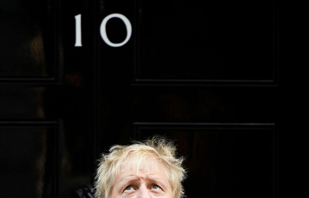 Primeiro-ministro britânico, Boris Johnson, posando para uma foto durante encontro com patrocinadores da Legião Real Britânica na Downing Street, em Londres
