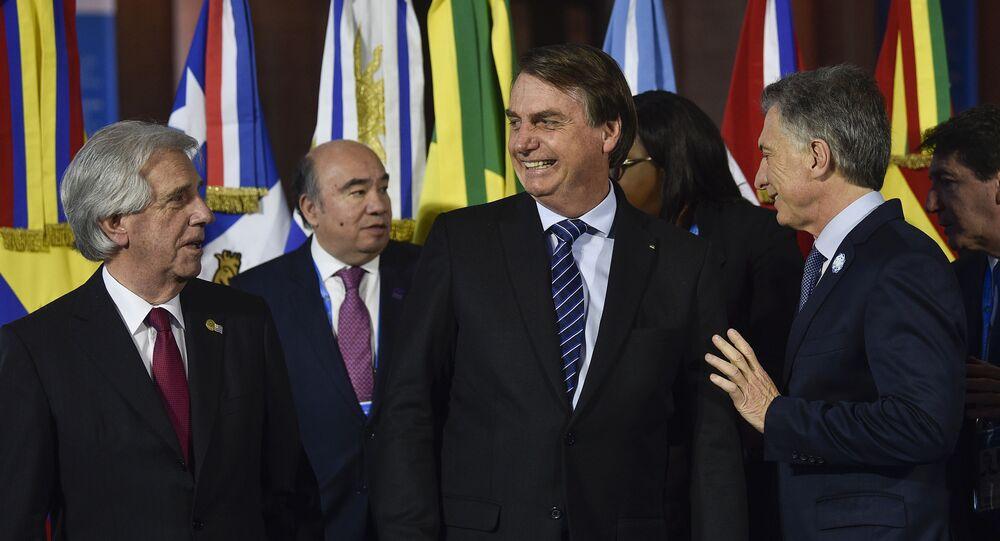 Presidente do Brasil, Jair Bolsonaro, entre os presidentes do Paraguai, Tabaré Vázquez (à esquerda), e o argentino Mauricio Macri (à direita)