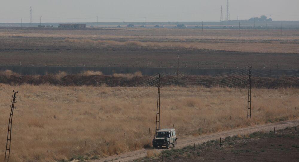 Tropas russas e turcas durante patrulhamento na Síria