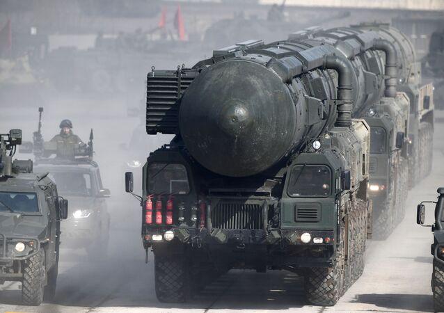Sistema móvel de mísseis terrestres Yars durante um ensaio do Desfile da Vitória no campo de treinamento militar de Alabino, na região de Moscou.