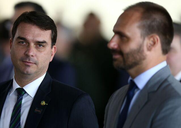 Filhos de Jair Bolsonaro, o senador Flávio Bolsonaro (PSL-RJ) e o deputado Eduardo Bolsonaro (PSL-SP), participam de cerimônia de imposição de insígnias da Ordem do Rio Branco, no Itamaraty, Brasília, 3 de maio de 2019