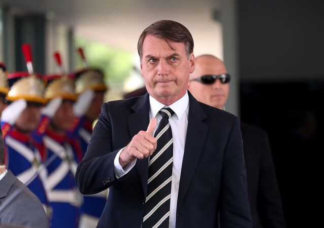 O presidente Jair Bolsonaro deixa o Ministério da Defesa após almoço com ministros de seu governo, em Brasília no dia 14 de janeiro de 2019.