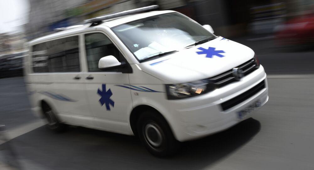 Ambulância passa por rua em Paris, na França (imagem de arquivo)