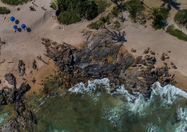 Manchas de óleo são vistas na praia de Pedra do Sal, em Itapuã, em Salvador (BA).