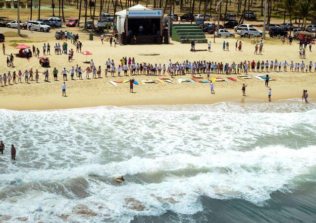 Evento para agradecer aos voluntários que participaram da limpeza do óleo na praia de Maracaípe, no município pernambucano de Ipojuca