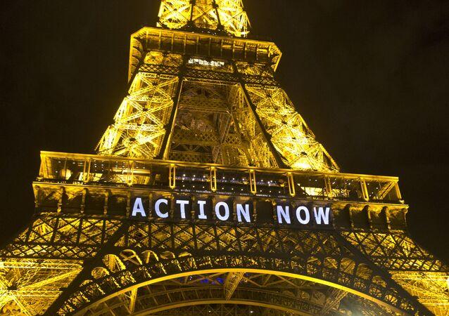 Torre Eiffel se ilumina com slogan Ação Agora referindo-se à Conferência das Nações Unidas sobre Mudança Climática em Paris, França (imagem de arquivo)