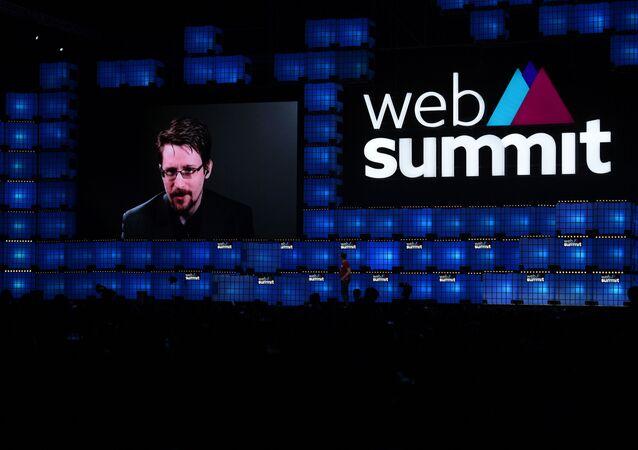 Edward Snowden fala durante a abertura da Web Summit, em Lisboa, no dia 4 de novembro de 2019.