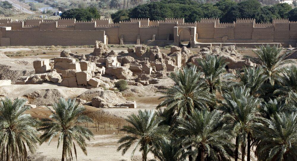 Recém-construída muralha e ruínas da antiga cidade da Babilônia a uns 100 km de Bagdá, Iraque, 27 de novembro de 2008