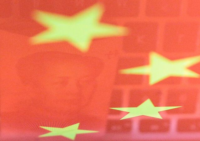 Nota de yuan ao lado de um teclado de computador, representando as mudanças tecnológicas empreendidas nas transações monetárias