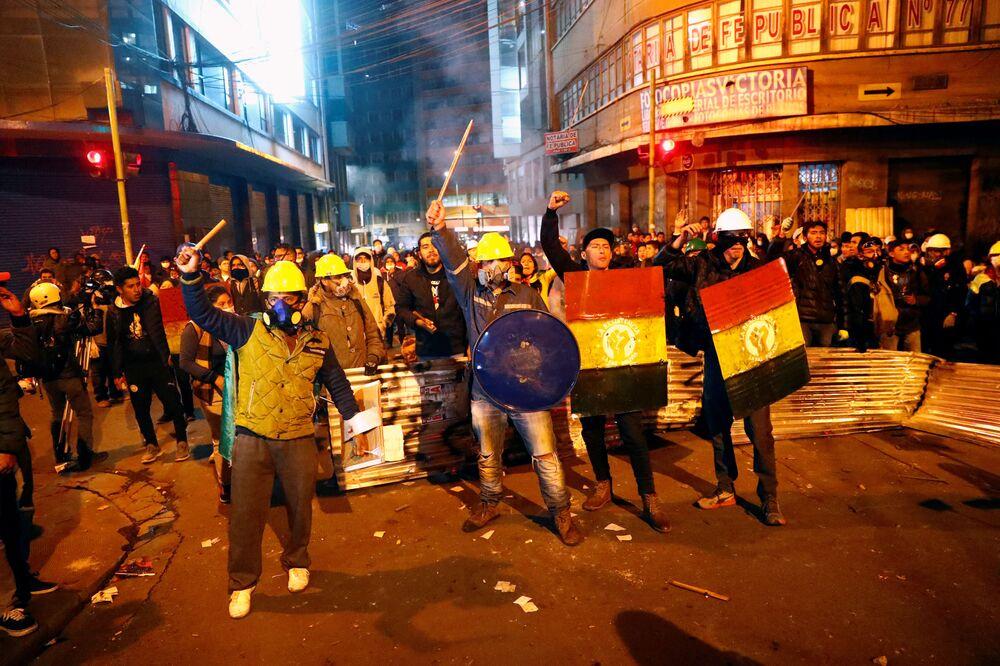 Manifestantes gesticulam durante protestos entre apoiadores do processo eleitoral e oposição, na cidade de La Paz, em 5 de novembro de 2019