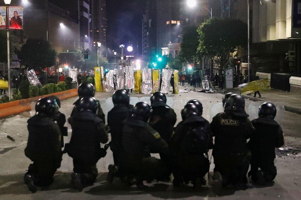 Tropa de choque se posiciona para enfrentar manifestantes, que construíam barricadas improvisadas, durante confronto entre manifestantes