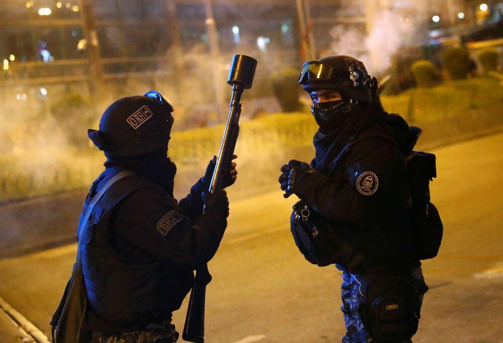 Membros da tropa de choque coordenam ação durante confrontos entre manifestantes na cidade boliviana de La Paz, em 5 de novembro de 2019