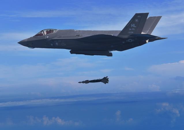 Caça F-35 americano lança bomba GBU-49 durante treinamento (imagem referencial)