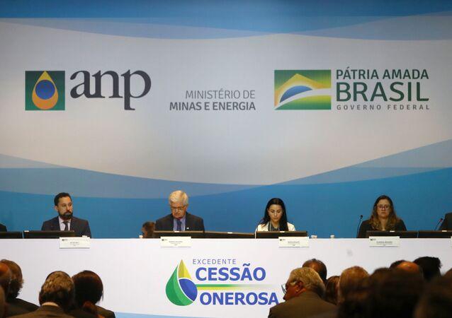 Membros de da comissão de leilão da cessão onerosa de campos de petróleo do Pré-Sal reunidos no Rio de Janeiro em 6 de novembro.