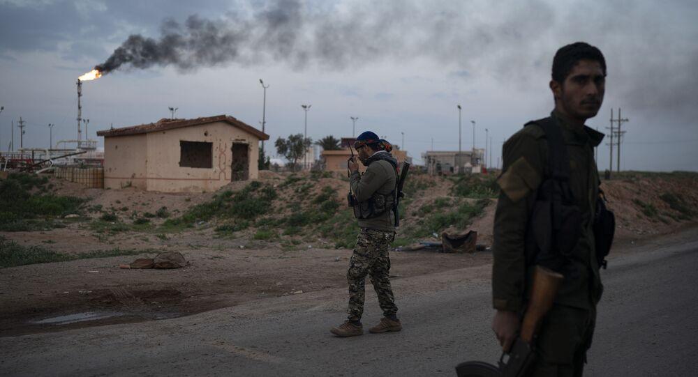 Combatente das Forças Democráticas Sírias (FDS), apoiado pelos EUA, perto da base do campo de petróleo de Al-Omar, leste da Síria (foto de arquivo)