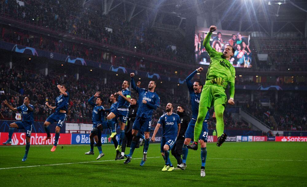 Jogadores da Juventus celebram vitória sobre o Lokomotiv em jogo da Liga dos Campeões da UEFA
