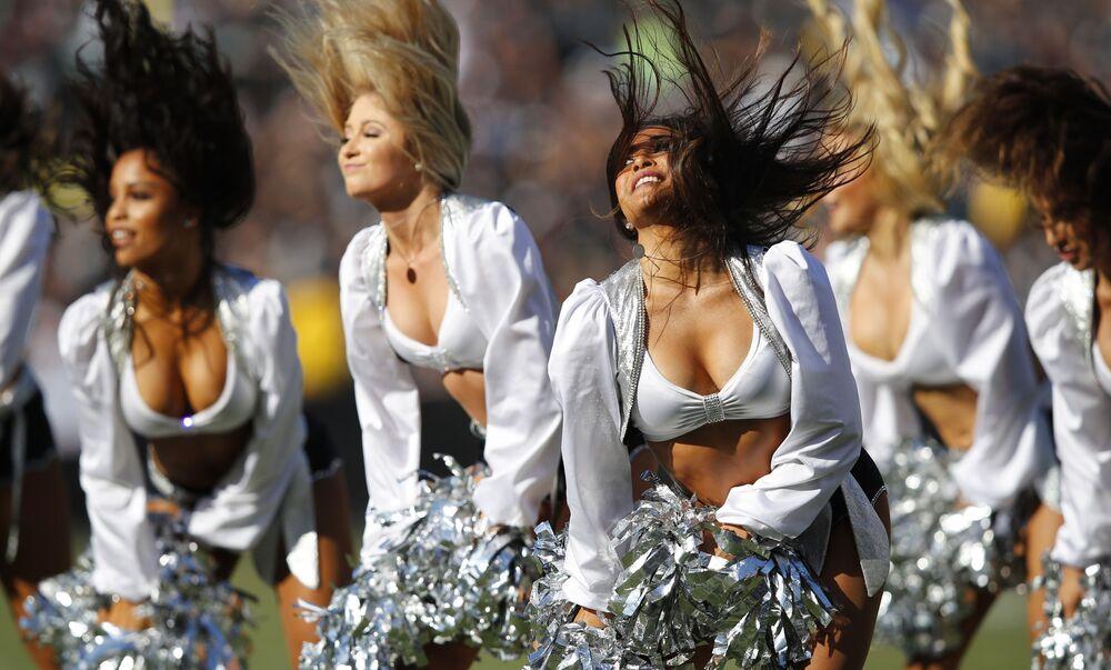 Animadoras de torcida do clube de futebol americano Oakland Raider se apresentando durante jogo em Oakland, no estado americano da Califórnia