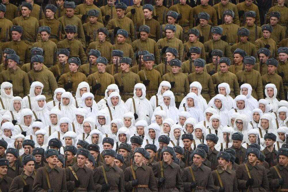 Militares russos durante o desfile militar dedicado ao 78º aniversário da Parada de 7 de novembro de 1941 na Praça Vermelha, Moscou