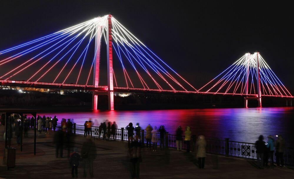Ponte de pedestres com as cores da bandeira da Rússia durante o Dia da União dos Povos na cidade siberiana de Krasnoyarsk