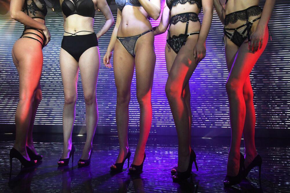 Modelos exibem peças de roupa íntima durante a Semana da Moda de Lingerie em Moscou