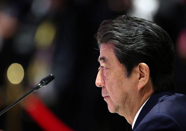 Primeiro ministro do Japão, Shinzo Abe, fala durante Conferência Japão-ASEAN, celebrada em Bangkok, no dia 4 de Novembro de 2019