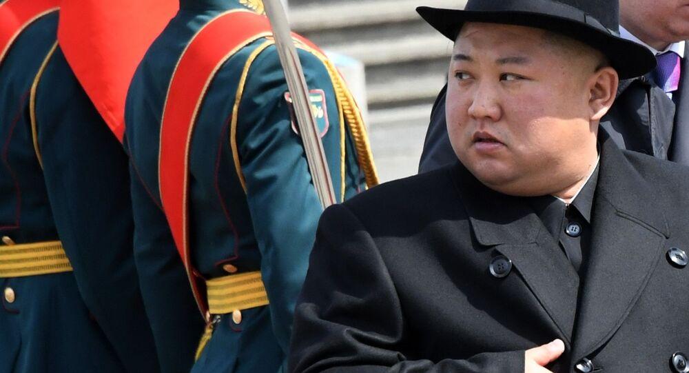 O líder norte-coreano Kim Jong-un durante cerimônia de abertura de nova estrada de ferro