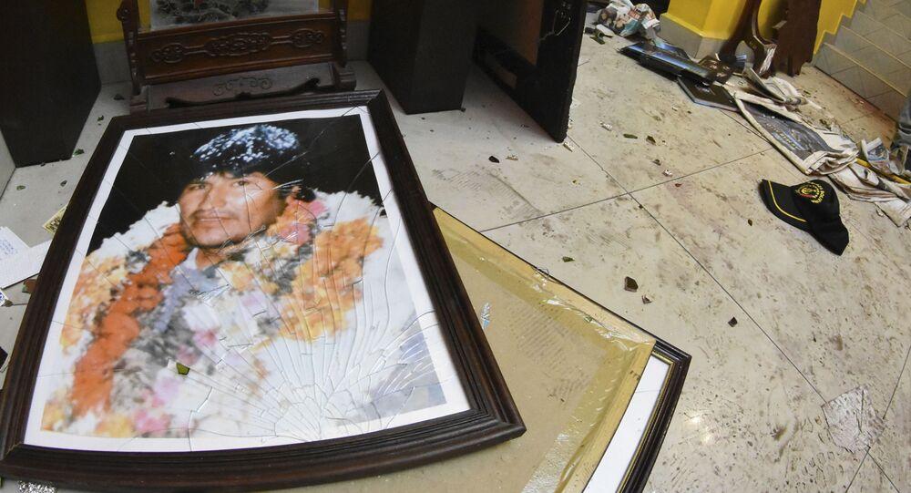 Retrato quebrado do ex-presidente boliviano Evo Morales no chão da sua casa privada em Cochabamba, na Bolívia