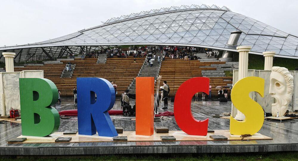 Foto retirada durante o II Festival Internacional de Escolas de Teatro dos países do BRICS, celebrado no mais novo parque moscovita Zaryade, na Rússia.