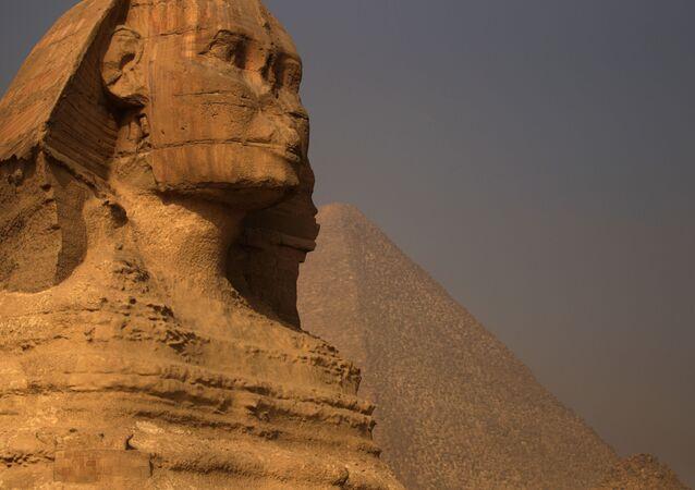 Esfinge perto das Pirâmides de Gizé, nos arredores do Cairo