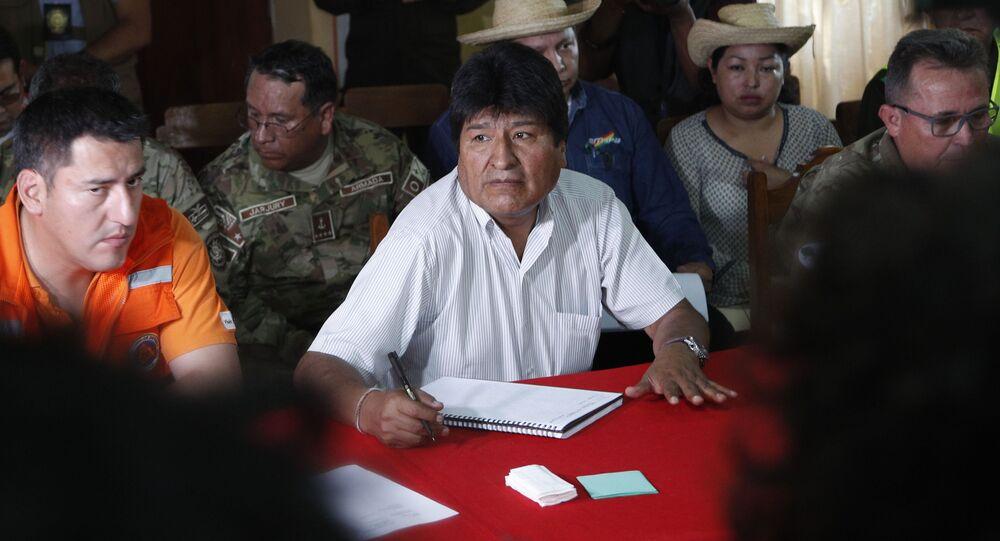 Ex-ministro da Defesa, Javier Zavaleta sentado à esquerda de Evo Morales