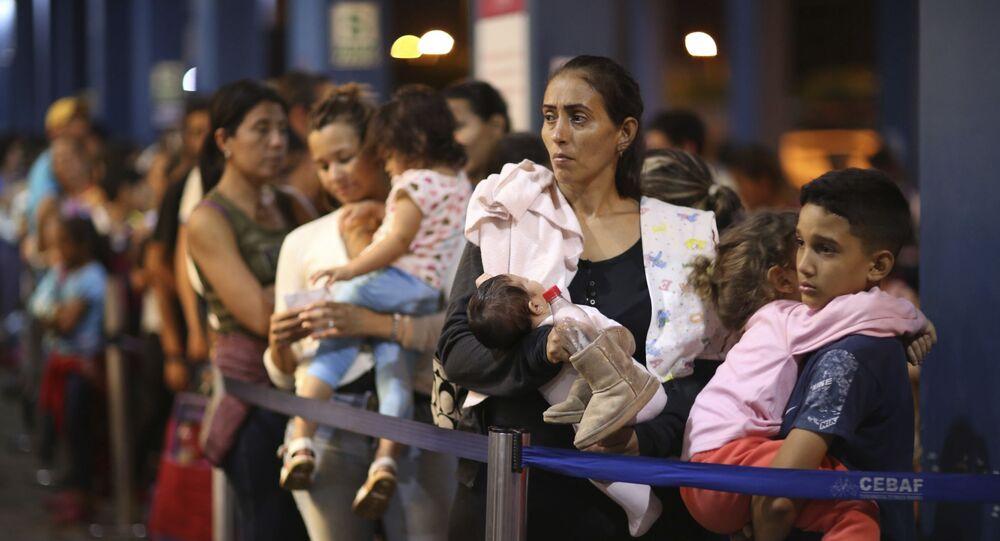 Imigrantes venezuelanos esperando na fila para passar no controle da imigração em Tumbes, Peru, na fronteira com o Equador (foto de arquivo)