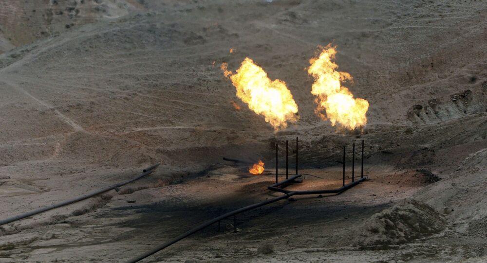 Chamas de gás ardendo no campo petrolífero na província iraniana de Khuzistão