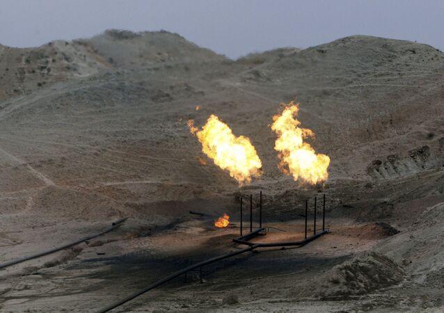 Chamas de gás ardendo no campo petrolífero na província de Cuzistão no Irã