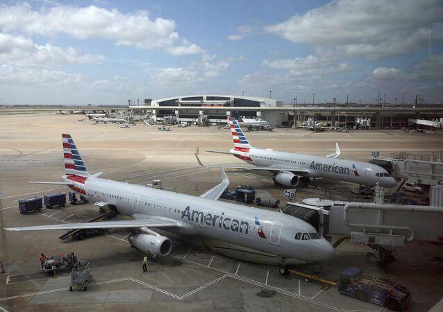 Aviões da American Airlines são vistos no Aeroporto Internacional Dallas-Fort Worth, no Texas, EUA (imagem de arquivo)