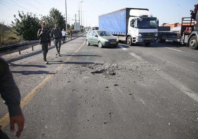 Polícia israelense bloqueia estrada algum tempo após um foguete disparado por palestinos cair na rodovia
