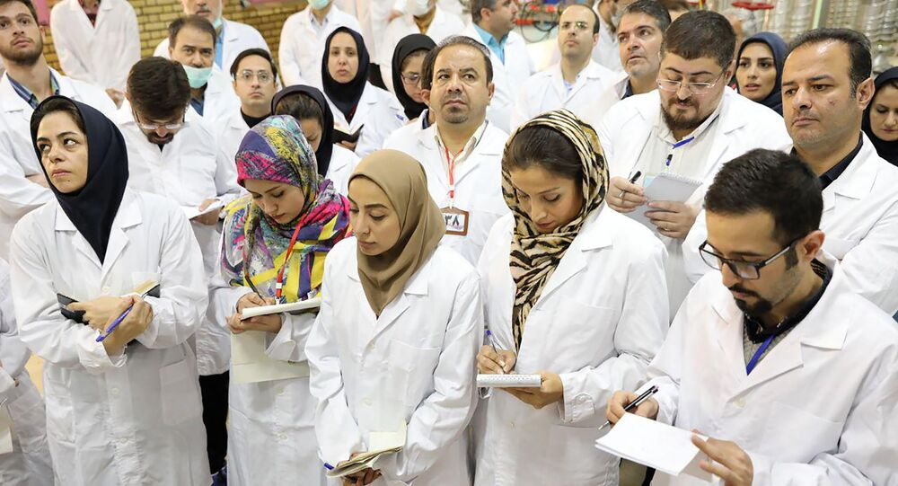 Foto poblicada pela agência de energia atômica do Irã, mostra cientistas tomando notas na instalação nuclear Fordo, em 9 de novembro de 2019