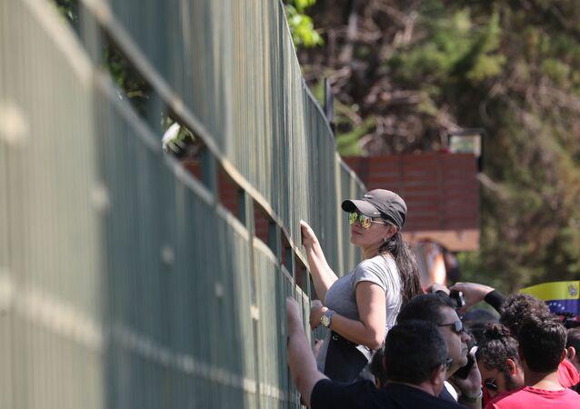 Apoiadores de Nicolás Maduro permanecem do lado de fora da embaixada venezuelana em Brasília, ocupada por defensores do autoproclamado presidente Juan Guaidó