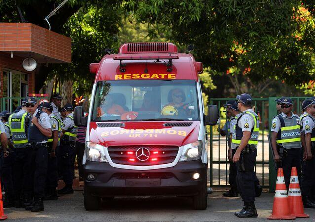 Ambulância transportando uma mulher deixa a embaixada da Venezuela em Brasília.