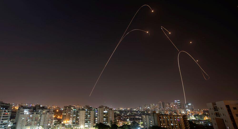 Sistema antimíssil Iron Dome dispara mísseis de intercepção quando foguetes são lançados de Gaza para Israel, como visto da cidade de Ashkelon, Israel, 13 de novembro de 2019