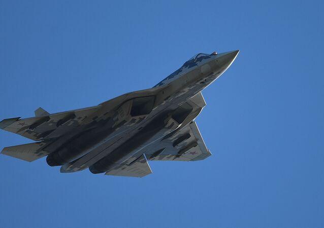 Caça multifuncional russo de quinta geração Su-57, faz voo durante o salão de aviação MAKS-2019