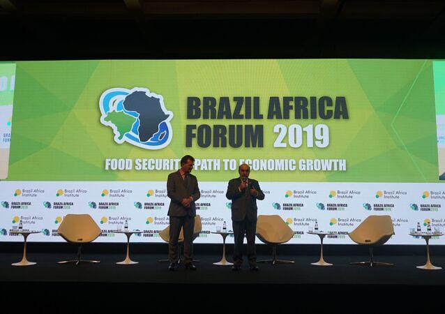 José Graziano (direita), ex-diretor-geral da FAO, sendo homenageado pelo presidente do Instituto Brasil África, João Bosco Monte, em São Paulo