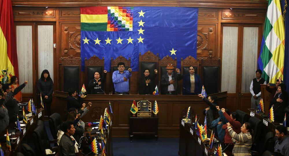 Líder do Senado, Monica Eva Copa Murga, canta hino nacional da Bolívia ao lado de outros parlamentares