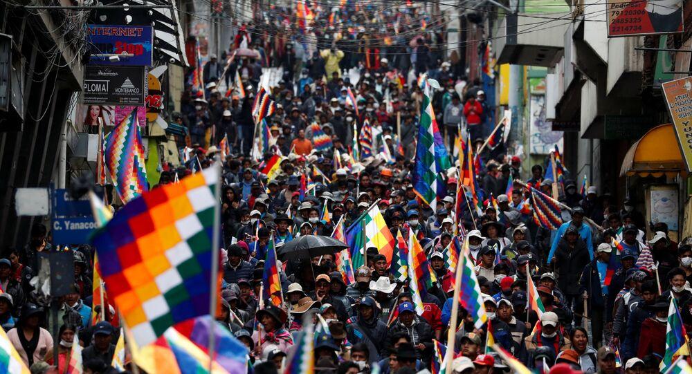 Apoiadores de Evo Morales empunham a bandeira Wiphala em novos protestos em La Paz, em 14 de novembro de 2019